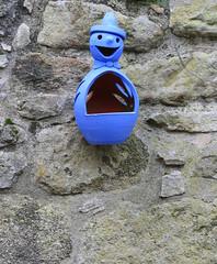 PERATALLADA . NINOT BLAU (Joan Biarnés) Tags: peratallada baixempordà girona catalunya 293 panasonicfz1000 muñeco ninot blau azul