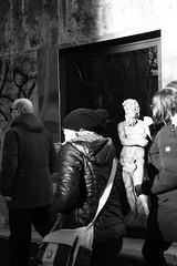 arte pagana sulla nomentana (duegnazio) Tags: italia italy lazio roma rome duegnazio canon40d nomentana montesacro biancoenero blackandwhite streetphotography vetrina statua statue glass persone people