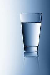 water (++sepp++) Tags: glas studiofotografie tabletop graben bayern deutschland de wasser water blau blue glass minimalistisch minimalism minimal
