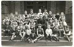 . (Kaïopai°) Tags: kids children jungs jungens boys schulklasse klasse klassenfoto gruppenbild gruppenfoto group school teacher lehrer schule treppe stairs 1939