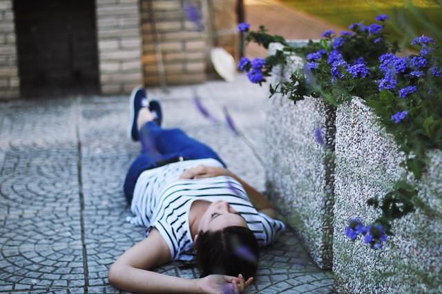 Обои девушка, улица, лежит, цветы картинки на рабочий стол, фото скачать бесплатно