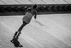 Corre... (Ricardo Pallejá) Tags: blancoynegro bw blackandwhite monocromático monocromo street shades silueta sombras contraste calle nikon d500 urbana urban urbanexploration girls chica contraluz deporte dogging run lifestyle girl holandes