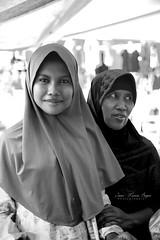 Mère et fille. (jmboyer) Tags: ba8488 ©jmboyer bali indonésie asie asia travel canon géo portrait