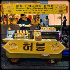 (seua_yai) Tags: asia southkorea candid food streetfood streetvendor market people asian asianwoman woman women koreanwomen koreanwoman seoul street streetcandid streetfashion koreaseoul2018