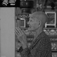 IMGP1325 Prayer (Claudio e Lucia Images around the world) Tags: watpreahpromrath siemreap cambodia wat preah prom rath siem reap cambogia buddhist buddha monks buddista temple tempio orange gold asia pagoda pentax pentaxkp pentaxart pentaxlens pentax18135 pentaxcamera praying blackandwhite bw happyplanet asiafavorites