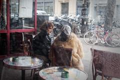 Les amies au table et James qui les regard... Instant de cinéma Parisien #14 (Paolo Pizzimenti) Tags: amie tulip couple café vitrine instant cinéma paris paolo omdem1mkii zuiko 45mm f18 25mm film pellicule argentique doisneau
