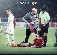 A footballer got a cramp (assassiner123) Tags: footballplayer football footballer injured jersey soccer