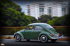 Green bug (Otacílio Rodrigues) Tags: carro volkswagen fusca bug ponte bridge árvores trees prédios buildings panning grade grid movimento moviment urban streetphoto resende brasil oro supershot