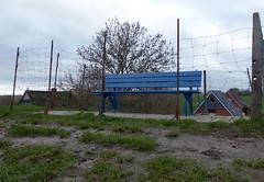 eingezäunt-fenced (Anke knipst) Tags: kollmar germany bank bench blau blue deich dike zaun fence