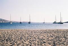 Loin, loin de tout (jfelixb23) Tags: grèce greece paros parikia plage beach sable sand mer sea méditerranée bateau ships canon ae1 voyage travel backpacker argentique film