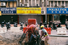 (Hem.Odd) Tags: malaysia kualalumpur streetworker canonae1program fd50mmf18 fujicolorc200