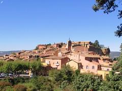 Roussillon (84) (Sur mon chemin, j'ai rencontré...) Tags: vaucluse 84 provencealpescôtedazur roussillon lesplusbeauxvillagesdefrance gisementdocre couleurs ventoux luberon blanc jaunedor rougesang violetfoncé ruelles escaliers coins recoins façades flickrunitedaward
