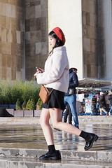 Chaperon rouge au Trocadéro (Paolo Pizzimenti) Tags: chaperon rouge asiatique fille modèle art élève musée orsay paris paolo olympus zuiko omdem1mkii 45mm 17mm f18 film pellicule argentique doisneau