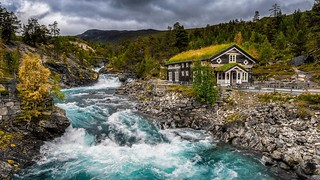 Norway - Landscape - Mountain - Wooden-House-green-Grass