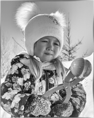 Sonya and Snowball maker / Соня и Снежколеп (dmilokt) Tags: портрет portrait ребенок child dmilokt снег snow игра play чб bw черный белый black white d3 nikon d850 beginnerdigitalphotographychallengewinner