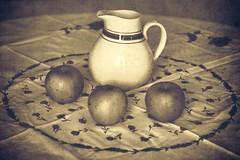 Le pichet à cidre (Muse poétique) Tags: composition naturemorte stilllife pichet cidre tradition bretagne pommes nappe table vintage old