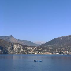 (Paolo Cozzarizza) Tags: italia lombardia brescia pisogne panorama acqua riflesso roccia imbarcazione