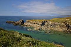 Port Gaverne, Cornwall - July 2018 (Dis da fi we) Tags: port gaverne cornwall grass sky sea rock ocean water bay landscape seascape coast cliff harbour