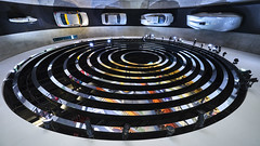 banked turn (Blende1.8) Tags: stuttgart mercedesbenz mercedes museum classiccars cars mercedesbenzmuseum wide wideangle sony sel1224g curvy curves abstract ceiling auto automobile autos car mobility architecture architektur interior design alpha ilce7m3 a7m3 a7iii
