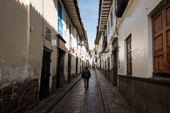 Divide (Aymeric Gouin) Tags: peru pérou cusco ville city travel voyage southamerica urban people architecture street rue fujifilm xt2 aymgo aymericgouin houses alleyway allée shadow light ombre lumière