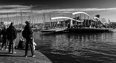 B4RC3LØNA (michael_hamburg69) Tags: barcelona spain spanien barcelone barcelonés barcelonesa barcellona espagne españa spagna xībānyá katalonien catalonia cataluña rambladelmar steg holzbrücke bridge brücke wellenförmigebauweise portvell yachthafen drehbrücke swingbridge poeople waiting
