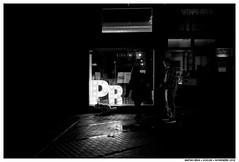 Perros (Matías Brëa) Tags: calle street streetphotography social documentalismo documentary photography blanco y negro black white bnw mono monochrome monocromo personas people gente ciudad urban noche night nocturna dogs perros