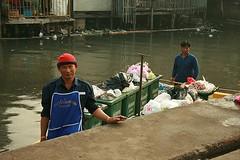 garbage barge crewmen (the foreign photographer - ฝรั่งถ่) Tags: garbage barge crewmen sapan mai khlong thanon portraits bangkhen bangkok thailand canon