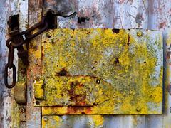 Stahlkette (Jürgen Senz) Tags: lost places lock closed verschlossen wurmtal geräteschuppen alt verlassen urbex abdoned abandonet gelb rost eingang