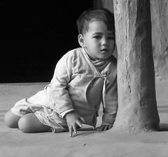 kleiner Prinz (+he-photography+) Tags: nepal mensch klind junge hütte sw lehmboden holzstütze kittelchen ohrring porträt