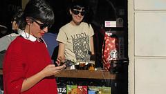 Strassenleben in Barcelona (ante_fischer) Tags: spanien barcelona strassenleben street streetlife strassen gracia bar barpietro maedchen jungefrau rotelippen sonnenbrille fenster blickdurchsfenster