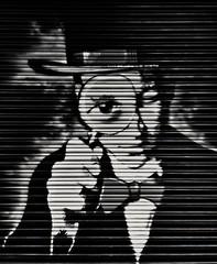 ¡Cuidadooo, todo lo veo! Careee, I see everything! (marisabosqued) Tags: graffiti bn bw monocromo monochrome smartphone teléfonomóvil android huaweip10lite snapseed