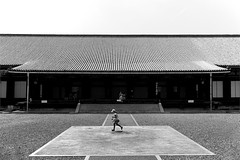 (cherco) Tags: girl baby japan temple architecture run kyoto composition loneliness lonely alone square geometria blancoynegro blackandwhite canon canoneos5diii happyplanet asiafavorites