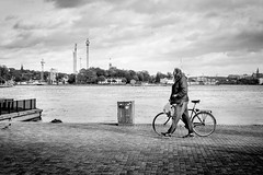 (fernando_gm) Tags: estocolmo suecia street stockholm sweden monochrome monocromo man monocromatico blackandwhite bw blancoynegro bike bicicleta bici bicycle people person persona human water agua streetlife fuji fujifilm f14 35mm xt1