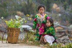 _Y2U1277.0218.Lao Xa.Sủng Là.Đồng Văn.Hà Giang (hoanglongphoto) Tags: happyplanet asiafavoritesasia asian vietnam northvietnam northwestvietnam northernvietnam people life dailylife children girl girls villages house homes littlegirl two twolittlegirls thehmong hmongpeople hmongchildren hmonglittlegirl villegeofhmong canon canoneos1dx canonef70200mmf28lisiiusm đôngbắc bắcviệtnam hàgiang đồngvăn sủnglà laoxa người cuộcsống đờithường trẻem trẻemgái bégái haibégái bégáihmong bảnlàng nhữngngôinhà bảnhmông portrait portraitofgirls portraitofchildren portraitoflittlegirls chândung chândungtrẻem chândungbégái