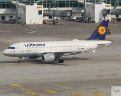 Lufthansa A319-114 D-AILA taxiing at MUC/EDDM (AviationEagle32) Tags: munichairport munchen munich muc flughafenmunchen flughafenmunich flughafen franzjosefairport franzjosef eddm germany bavaria deutschland airport aircraft airplanes apron aviation aeroplanes avp aviationphotography avgeek aviationlovers aviationgeek aeroplane airplane planespotting planes plane flying flickraviation flight vehicle tarmac lufthansagroup lufthansa staralliance airbus airbus319 a319 a319100 a319114 daila