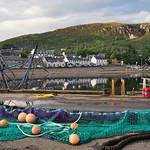 Sur la digue du port , Ullapool, Ross and Cromarty, Ecosse, Grande-Bretagne, Royaume-Uni. thumbnail