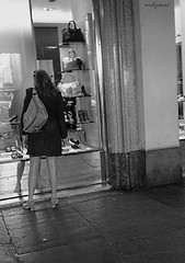 trend (archgionni) Tags: strada street donna signora lady spesa shop portici negozi vetro glass borsa bag riflessi reflections capture candid
