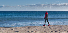 La femme qui marche (logabian) Tags: plage vent hiver sable mer bleue foulard rouge femme inconnue sand beach woman girl red shoes scarf baskets blue côtedazur provence fréjus france french riviera 50mm