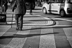 OKSF 263 (Oliver Klas) Tags: okfotografien oliver klas street streetfotografie streetphotography strassenfotografie streetart streetphotographer streetphoto stadtleben streetlife streetculture urban schwarzweis schwarzweissfotografie blackandwhite monochrom farblos abstrakt dunkel hell grau schwarz weiss black white sw schwarzweiss personen people menschen persons volk familie angehörige bewohner bevölkerung leute europäer mann frau gesellschaft menschheit mensch völker deutschland germany stadt city europa deutsch staat westdeutschland ostdeutschland norddeutschland süddeutschland kunst art künstler kultur de