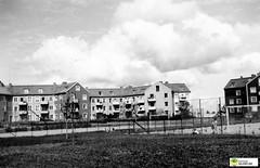 tm_6391 (Tidaholms Museum) Tags: svartvit positiv stadsvy bostadshus hyreshus exteriör exterior fotboll fotbollsplan soccer