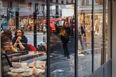 Il ya du monde chez Berthillon - Instant de cinéma parisien #7 (Paolo Pizzimenti) Tags: berthillon monde gens lamarck métro homme poussette café vitrine cinéma instant paolo paris olympus zuiko 17mm 25mm f18 film pellicule argentique dosineau