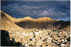 (grousespouse) Tags: ladakh 35mm analog film leh analogue landscape himalayas mountains kashmir india exotic surreal light dusk goldenhour asia scanned canonautoboyii sureshot autoboy kodakcolorplus200 colorplus croplab grousespouse 2018 dreamy dreamlike dreamscape contrast clouds