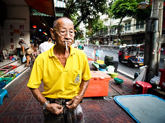 Bangkok - China Town -3270314 (Neil.Simmons) Tags: thailand bangkok chinatown yaowarat road candid streetphotography asia southeastasia cigarette smoker smoking chinese thai yellow shirt king glasses street laowa 75mm f2 ultra wide angle ultrawideangle
