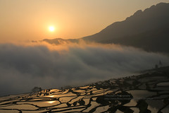 Yuanyang Terraces, Pugao Laozhai, sunrise (blauepics) Tags: china yunnan province provinz yuanyang landscape landschaft nature natur scenery rice terraces reisterrassen reis terrassen mountains berge water wasser unesco world heritage site weltkulturerbe clouds wolken farming agriculture landwirtschaft farmers bauern minorities minderheiten pugao laozhai sunrise sonnenaufgang orange view aussicht sonne sun