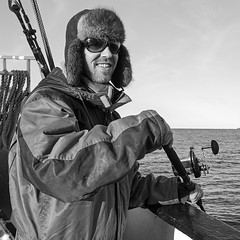 Au-delà du cercle polaire, 2012 / Beyond the polar circle, 2012 (Joseff_K) Tags: nikon nikond80 d80 audeladucerclepolaire beyondthepolarcircle tamron1750mmf28 norvege norway norge noreg kongeriketnoreg kongerketnorge mer sea merdenorvege norwegiansea pecheur angler fisherman bateau boat ouchanka chapka furhat sunglasses lunettesdesoleil noiretblanc noirblanc blackandwhite blackwhite