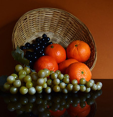 DSC_7474 Fruits (sylvettet) Tags: corbeille fruits clémentines 2019 reflets raisins grapes