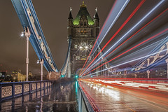 Linee / Lines (Tower Bridge, London, United Kingdom) (AndreaPucci) Tags: towerbridge london uk longexposure andreapucci traffic night rain