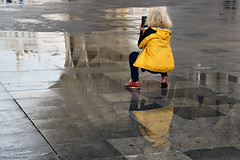 Buscando el mejor ángulo (ricardocarmonafdez) Tags: sevilla ciudad city urbano urban urbanscape reflejos reflections rainyday people lights shadows siluetas symmetry composition ricardocarmonafdez nikon d850 24120f4gvr