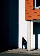 Readhead (Guido Klumpe) Tags: orange read color farbe minimal minimalism minimalistisch simple reduced kontrast contrast gegenlicht shadow schatten silhouette gebäude architecture architektur building perspektive perspective candid street streetphotographer streetphotography strase hannover hanover germany deutschland city stadt streetphotographde unposed streetshot
