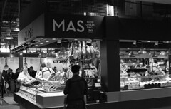 market stall (carles.ml) Tags: olympus om2 kodak tmax 400 film 35mm bw street barcelona people